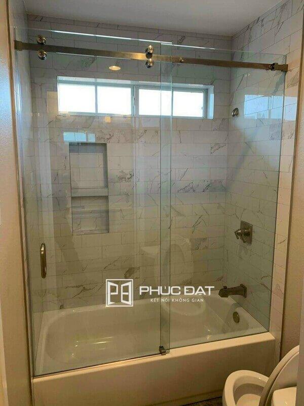 Cabin tắm đứng giá rẻ kết hợp bồn cao.