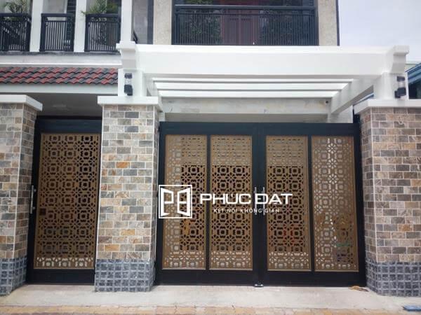 Mẫu trụ cổng nhà đẹp đơn giản kết hợp với cổng sắt CNC.