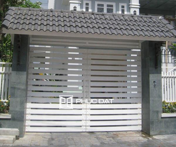 Trụ cổng đẹp bằng bê tông kết hợp mái ngói.