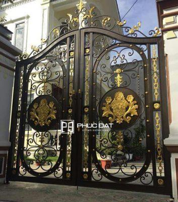 Cửa cổng màu đồng phối màu đen lắp đặt bởi Phúc Đạt.