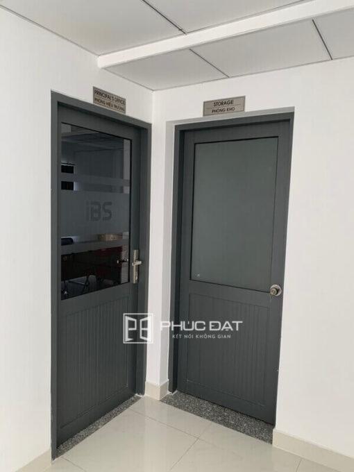Cửa nhôm kính hệ 1000 1 cánh, nhìn hệ cửa này có lẽ Quý khách hàng sẽ không nghĩ là cửa nhôm giá rẻ.