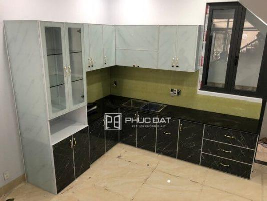 Công trình tủ bếp nhôm kính ghép film vân đá tại Gò Vấp