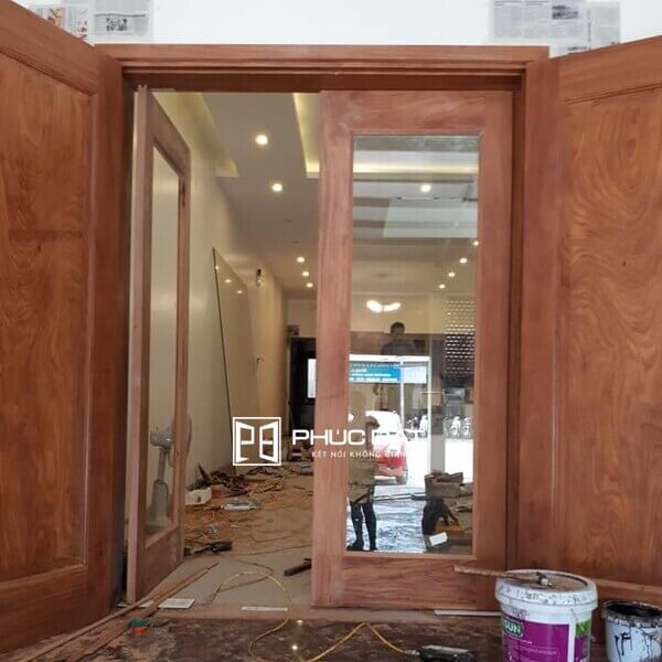 Cửa gỗ kính cường lực 2 cánh kết hợp cửa gỗ.