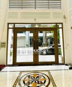 Nhà cửa kính đẹp với mẫu cửa kính mặt tiền khung gỗ.