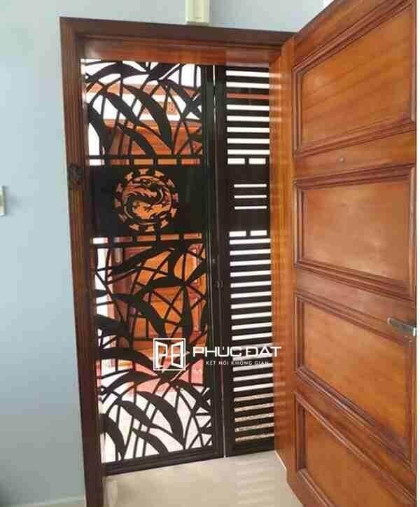 Mẫu sơn cửa sắt đẹp màu đen loại cửa sắt CNC 1 cánh nhà chung cư.