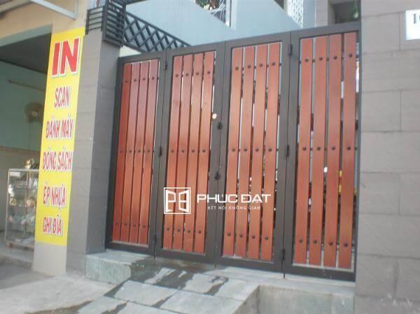 Mẫu cổng sắt hộp đẹp sơn giả gỗ.