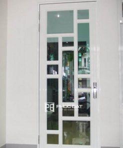Mẫu cửa sắt phòng ngủ kính cường lực - Mẫu này thường lắp đặt kèm rèm để đảm bảo sự riêng tư.