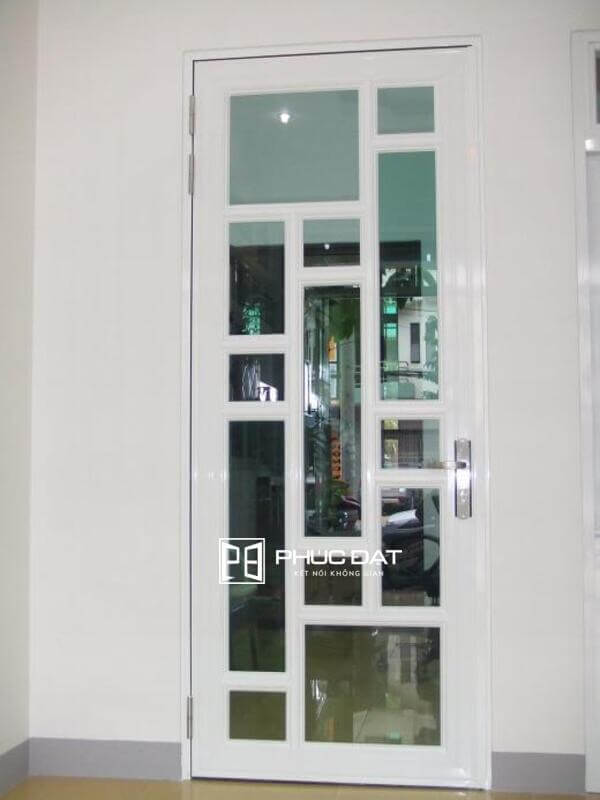 Cửa khung thép kính cường lực có tính sang trọng, giá tốt hơn so với các hệ cửa nhôm kính.