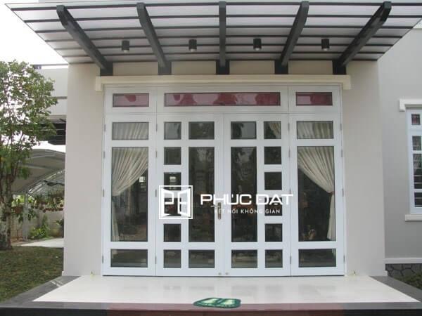 Cửa sắt kính cường lực chia ô là dạng cửa phổ biến nhất.