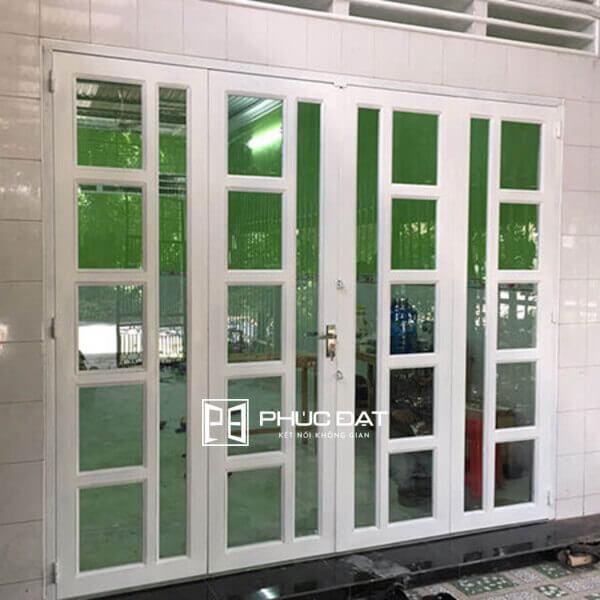 Mẫu cửa sắt kính 4 cánh đẹp kết hợp kính cường lực và sắt sơn màu trắng.