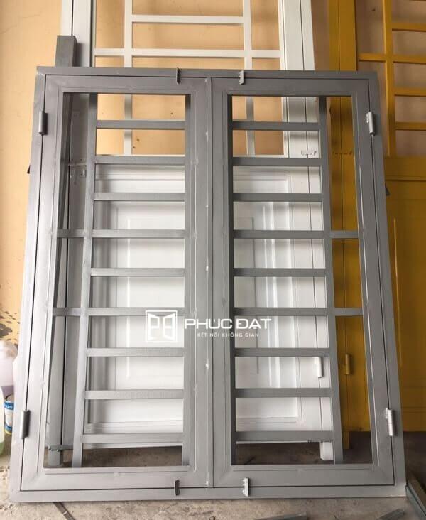 Mẫu cửa sổ sắt 2 cánh gia công phần cửa sổ khung sắt tại nhà xưởng.
