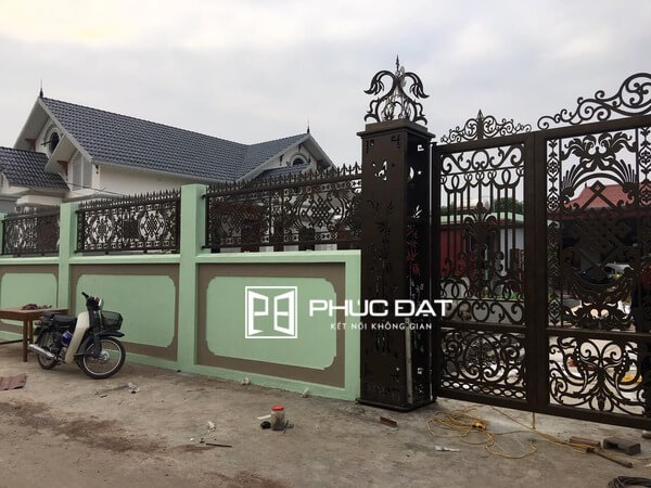 Sản phẩm hàng rào sắt sơn đẹp thi công lắp đặt bởi Phúc Đạt Door.