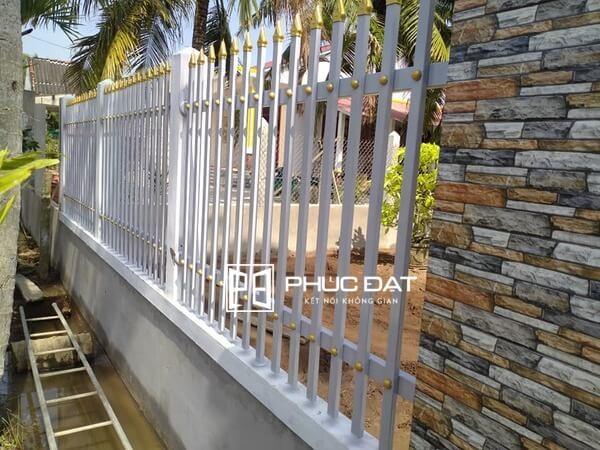 Sơn tường rào đẹp phối màu trắng đen.