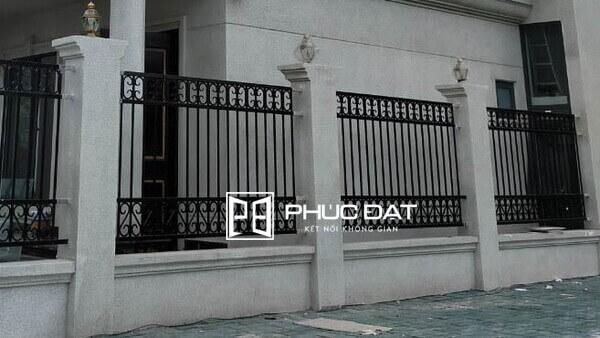 Sử dụng hàng rào sắt hộp mạ kẽm là giải pháp tối ưu giúp đảm bảo độ bền của vật liệu sắt.