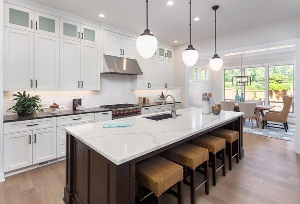 Bàn đảo bếp là dạng thiết kế đem lại sự sang trọng, tiện lợi cho những gian bếp rộng.