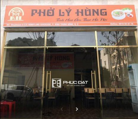 Cửa kính nhà hàng phở Lý Hùng