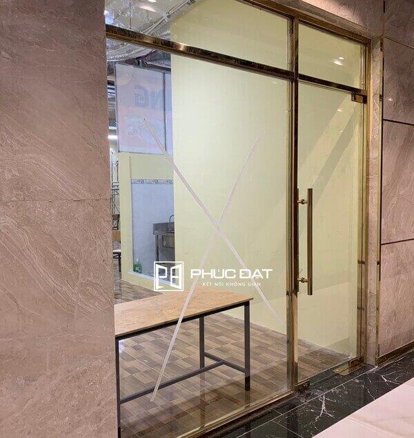 Bạn cũng có thể sử dụng cửa kính khung inox mạ vàng cho quán cafe.