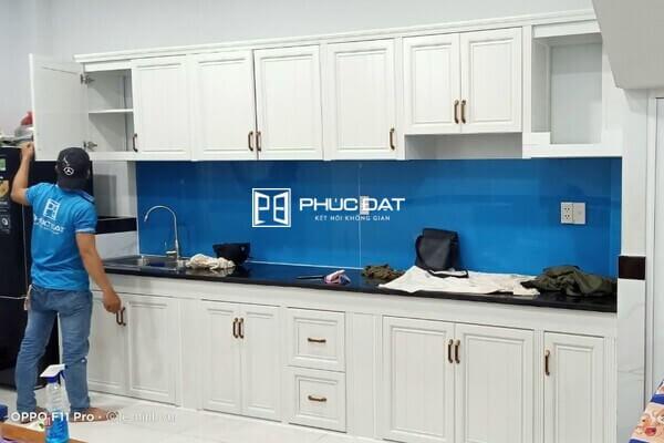 Mẫu tủ bếp nhôm kính nhỏ gọn bằng nhôm vân gỗ cao cấp.