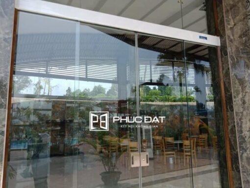 Cửa trượt bán tự động lắp đặt cho nhà hàng sang trọng.
