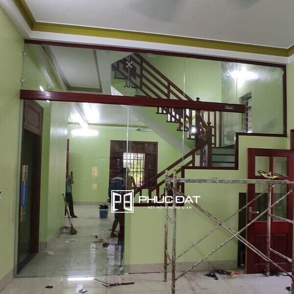 Cửa trượt bán tự động ngăn phòng khách và cầu thang.