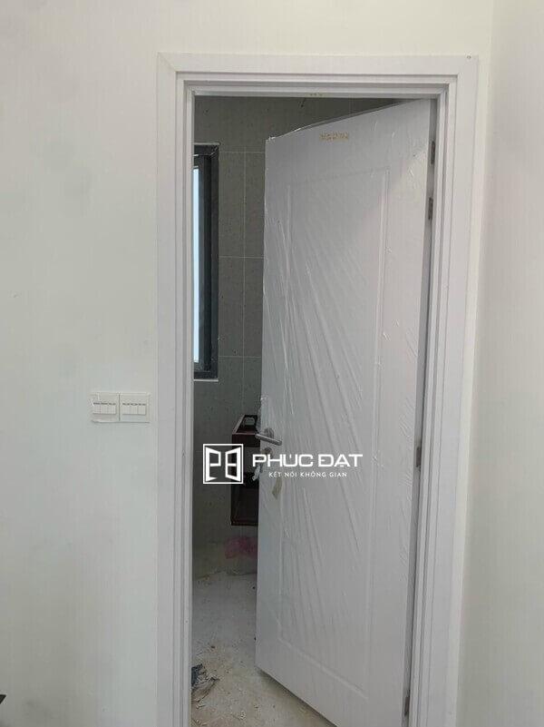Mẫu cửa toilet nhựa giả gỗ giá rẻ.