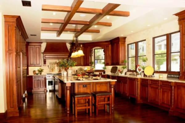 Nhà bếp phong thủy cần tránh đặt bếp ở dưới xà ngang.
