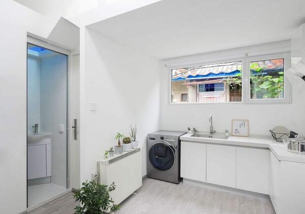 Mẫu thiết kế bếp gần nhà vệ sinh đẹp.