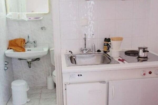Nên hạn chế thiết kế bếp dựa lưng vào nhà vệ sinh theo kiểu trong hình.