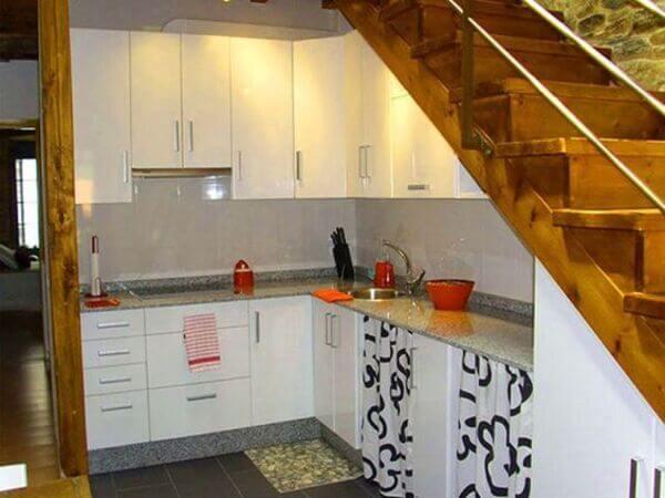 Mẫu tủ bếp gầm cầu thang đẹp với thiết kế làm sáng không gian.