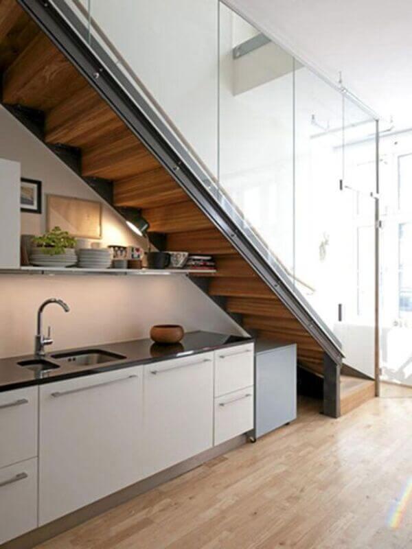 Mẫu tủ bếp dưới gầm cầu thang đẹp.