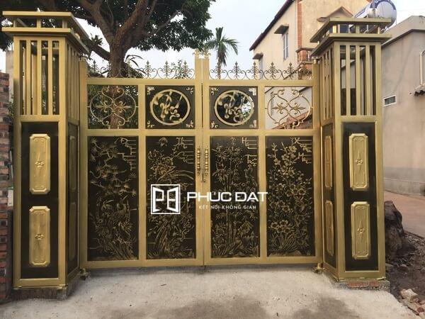 Trụ cổng hiện đại bằng nhôm đúc.