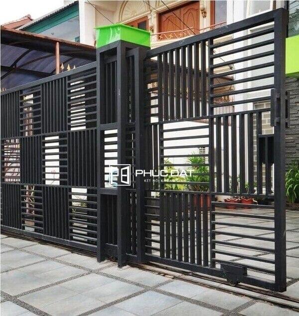 Trụ cổng sắt hộp đẹp cho cổng sắt lùa - Sản phẩm thi công hoàn thiện bởi Phúc Đạt.